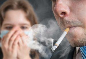 Menghindari berkumpul dengan sekelompok para perokok